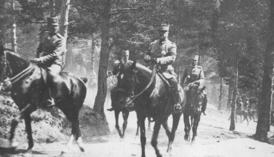 Генерал Петар Бојовић прати престолонаследника Александра Карађорђевића на Јелаку 1918. године