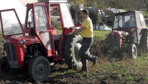 Traktori u njivi