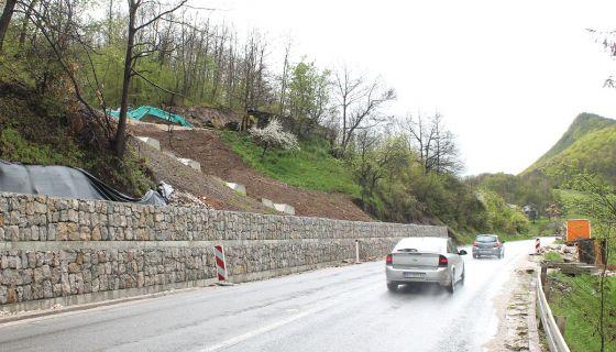 Камени зид чува магистралу у Дражевићима