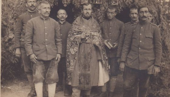 Солунци - Прота Јевстатије Караматијевић са војницима испред  црквице на Кајмакчалану, 1917.