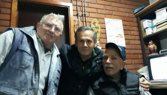 Гнај Азан (у средини) са мештанима Севојна који су му помогли, фото: РИНА