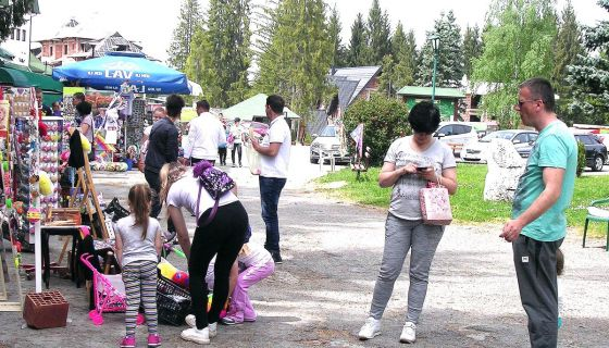 Весници сезоне - гости и продавци сувенира у суботу