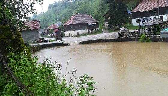 Напунило се језеро у центру села Штитково