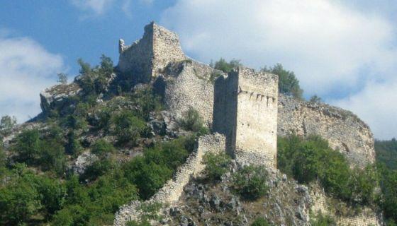 Остаци - део кула и бедема у селу Хисарџик (Фото: Д. Гагричић)