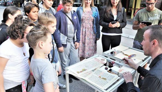 Јавни час калиграфије на прошлогодишњој Ћириличној баштини, снимио С. Јовичић