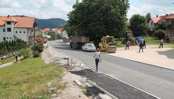 Сто метара без стазе – путари  чекају договор Општине и власника (Фото Д. Гагричић)