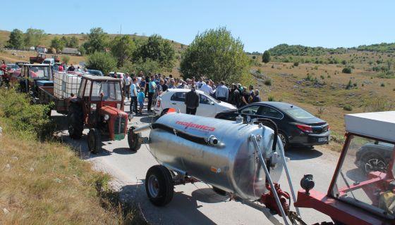 Цистерне за воду и млеко  на протесту у Буковику ( Фото Д. Гагричић)