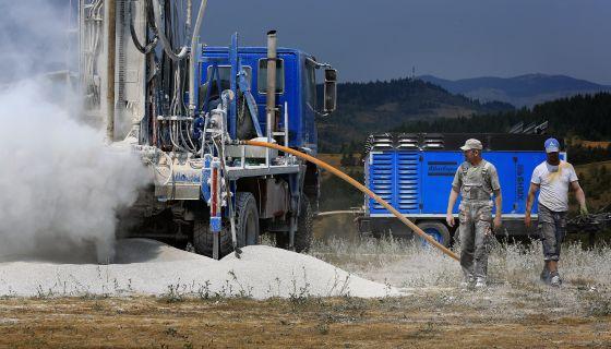Трагање за подземним жицама воде у Буковику  (Фото: Станко Костић)